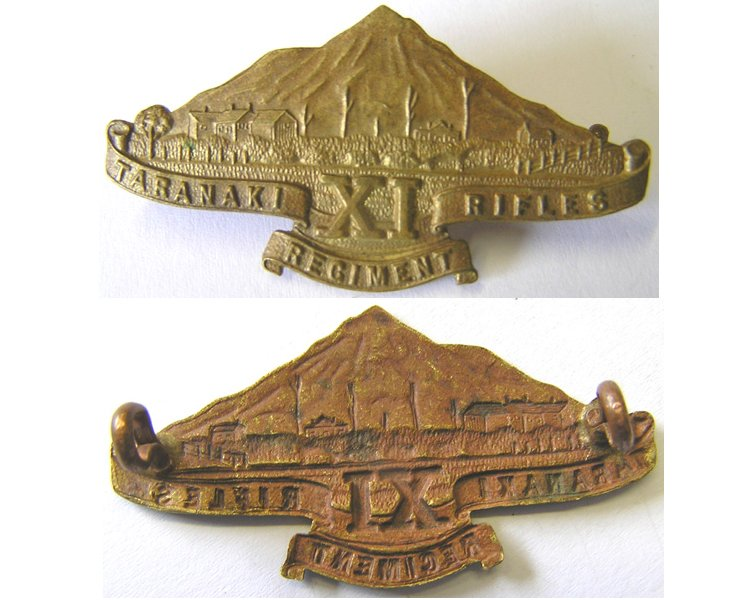 B06/105. 11TH (TARANAKI RIFLES) REGt. brass cap/collar badge