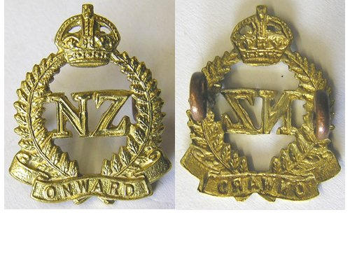 B07/019. 2nd NZEF brass ONWARD collar badge, Kings Crown