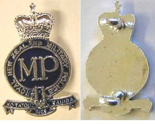 B08/245. ROYAL NZ MILITARY POLICE white metal and blue collar