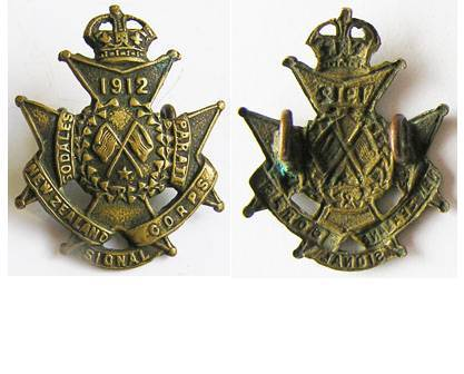 B08/342. NZ SIGNAL CORPS (NZE) brass collar badge, Kings crown